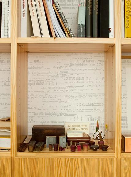 Bildtapete Glenn - Glenn hinter dem Bücherregal