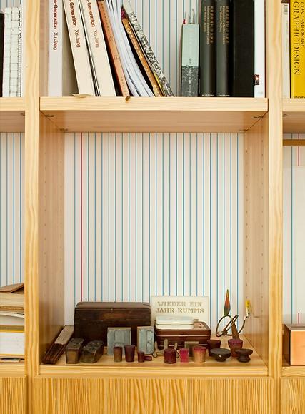 Mustertapete Linien 01 - Linien 01 hinter dem Bücherregal
